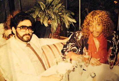 El traficante Nelson Aguilar con el músico Rick James en el Mutiny.