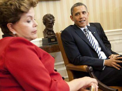 El presidente estadounidense Barack Obama (Dcha.) conversa con su homóloga brasileña Dilma Rousseff en el Despacho Oval.