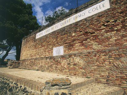 Una frase del poema 'El infinito' de Leopardi, en un cerro de la localidad italiana de Recanati, en una imagen de archivo.