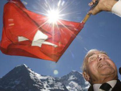 Un hombre ondea una bandera suiza en la apertura del festival de 'yodeling' en Interlaken.