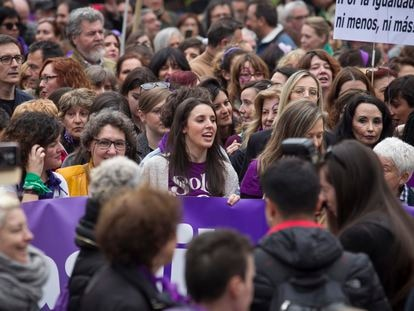 La ministra de Igualdad, Irene Montero (centro) durante la manifestación feminista del 8-M.