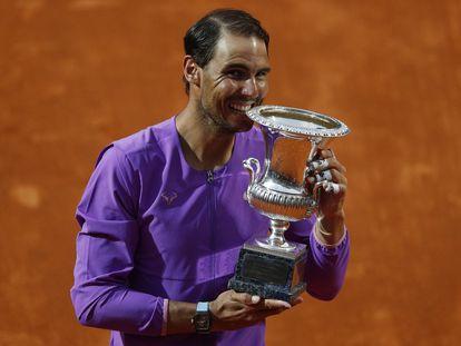 Nadal muerde el trofeo de campeón, este domingo en la central de Roma.