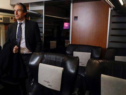 El ministro de Fomento, Íñigo de la Serna, en el AVE Madrid-Barcelona.
