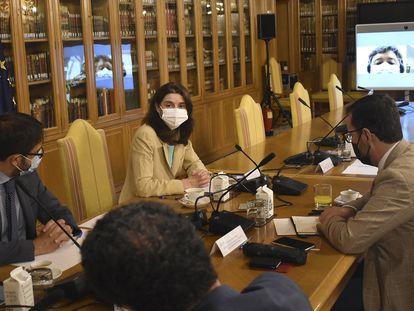 Pilar Llop, en el centro, este miércoles con representantes de los grupos parlamentarios.