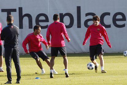 Messi controla el balón en el entrenamiento de ayer.