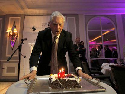 Vargas Llosa sopla las velas, en compañía de Isabel Preysler. Detrás, Antonio Caño, director de EL PAÍS, y Pilar Reyes, de Alfaguara. / C. ROSILLO