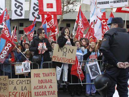 Funcionarios y sindicalistas protestan ante el Parlamento.