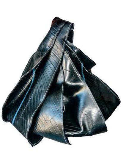 'Econeumático', el bolso hecho con neumáticos por Nazarena Pereyra, ganador de 'TalentoDesign'.