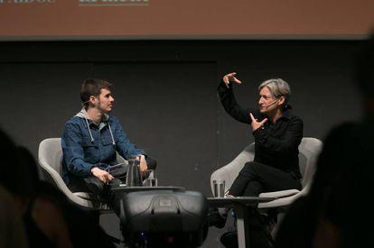 En primer plànol, Judith Batler, amb el sociòleg Miquel Missé.