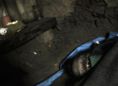 Una mujer surafricana enferma de sida, en su cabaña.