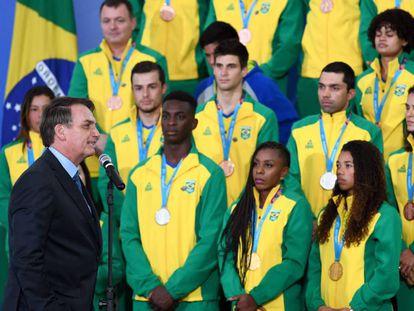 El presidente Jair Bolsonaro recibe a atletas que ganaron medallas en los juegos de Lima 2019.