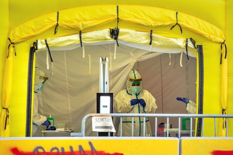 Vista de la carpa montada para la realización de pruebas PCR frente al CAP del Passeig Sant Joan de Barcelona este miércoles.