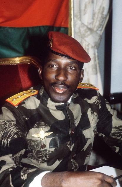 Fotografía tomada en febrero de 1986 de Thomas Sankara, entones presidente de Burkina Faso, dando una conferencia de prensa en Paris. Un año después murió en un ataque. La justicia del país ha emitido orden de arresto para el expresidente Blaise Compaore, que reside ahora en el exilio en Costa de Marfil. AFP / PASCAL GEORGE