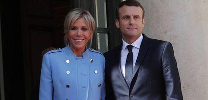 Emmanuel Macron y su esposa, Brigitte Macron.
