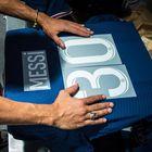 Un empleado prepara este miércoles la camiseta número 30 de Messi en una tienda oficial del PSG en París.  Desde la madrugada del día, cientos de personas esperaban la apertura de las tiendas oficiales del club parisino para recibir la nueva camiseta oficial del astro argentino.