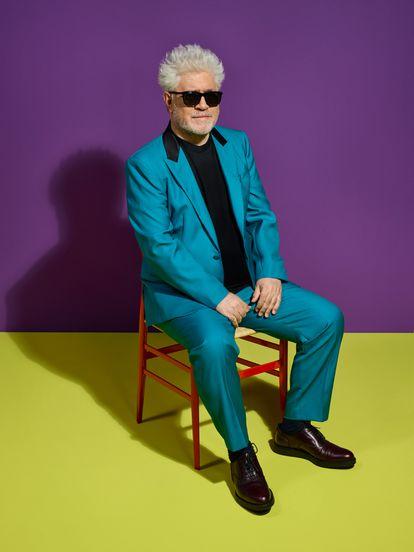 El realizador Pedro Almodóvar con todo eso que ya ha convertido en una estampa propia: gafas de sol y atuendo colorista.