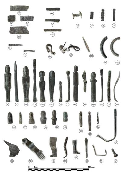 Exvotos, fíbulas, aros y placas hallados en el yacimiento íbero de Haza del Rayo.