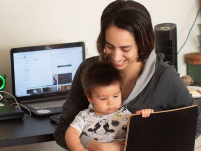 Una de cada cinco mujeres con hijos ha renunciado durante este año de pandemia a todo o parte de su trabajo para cuidar de sus hijos.