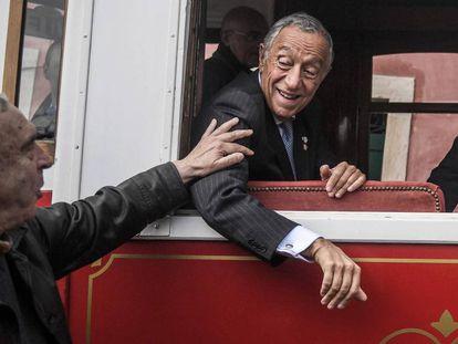 El presidente de Portugal, Marcelo Rebelo de Sousa, el mes pasado en un tranvía de Lisboa.