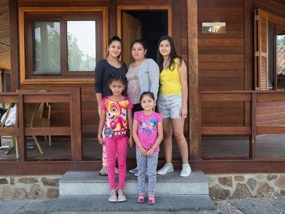 Joselyn Morales y sus cuatro hijas. Llegaron a España hace un mes desde El Salvador.