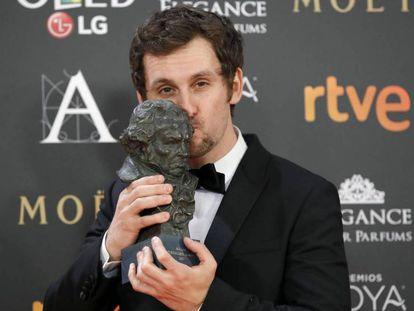 El actor y director Raúl Arévalo posa con el Goya a la Mejor dirección novel por 'Tarde para la ira', en la gala de los Premios Goya.