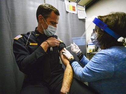 Un oficial de policía recibe la vacuna de BioNTech el pasado 17 de diciembre en el Estado de Vermont (EE UU).