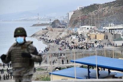 Frontera entre España y Marruecos en Ceuta, donde el gobierno podría pedir una intervención de Frontex.