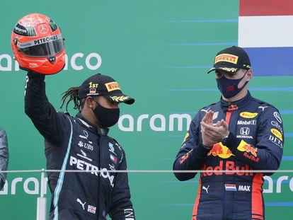 Hamilton, aplaudido por Verstappen, celebra el triunfo en Nurburgring alzando el casco de Michael Schumacher que le regaló el hijo del piloto alemán.