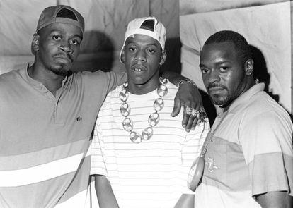 Jay-Z, en el centro, posa con dos amigos en una foto fechada según agencias en 1989. Entonces el cantante tenía 20 años.