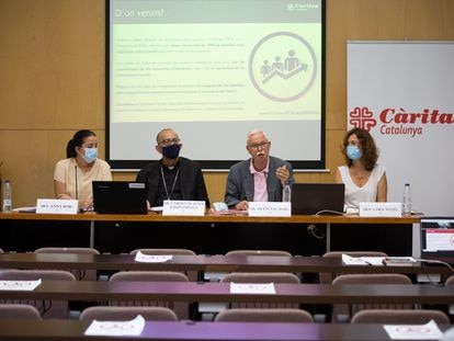 El cardenal Joan Josep Omella y el presidente de Cáritas Catalunya, Francesc Roig, en el medio, durante la presentación de la memoria anual de la entidad.
