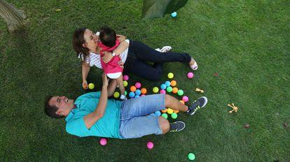 Fernando y Laura juegan con su hija, Leyre, adoptada en Vietnam.