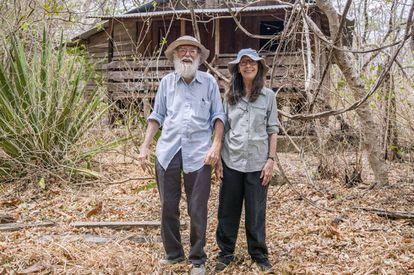 Daniel H. Janzen y Winnie Hallwachs, delante de su casa.