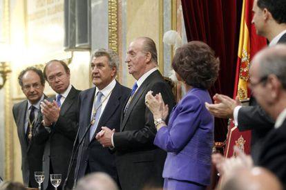El Rey, entre la reina Sofía y el presidente del Congreso, Jesús Posada.