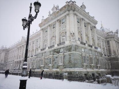El Palacio Real cubierto de nieve tras el paso de la borrasca Filomena, el 9 de enero pasado.