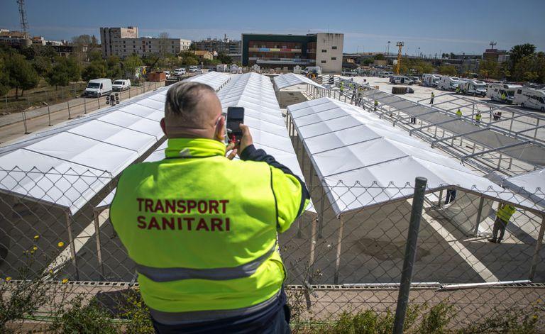 Un conductor de ambulancia observa el montaje del hospital de campaña en Valencia, junto a La Fe.