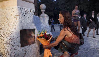 Una mujer rinde homenaje a Sònia en la glorieta donde fue asesinada.