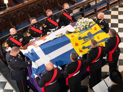 17 April 2021, United Kingdom, Windsor: The coffin of Prince Philip, the Duke of Edinburgh, covered with his Personal Standard, is laid in the St George's Chapel at Windsor Castle during his funeral. Photo: Dominic Lipinski/PA Wire/dpa 17/04/2021 ONLY FOR USE IN SPAIN