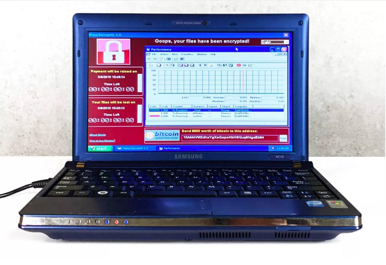 Aspecto del portátil infectado con seis virus. Se vendió por 1,2 millones como obra de arte bajo el nombre de 'La persistencia del caos'.