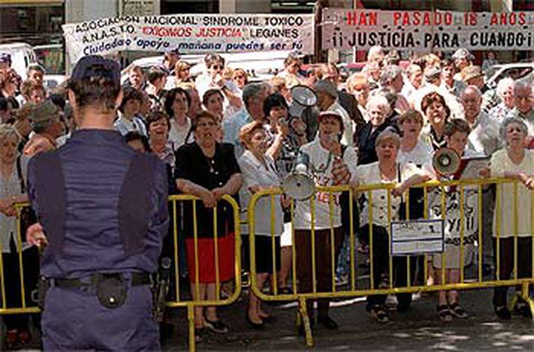 Protesta de los afectados por la intoxicación de la colza en 1999.