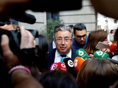 El ministro del Interior, Juan Ignacio Zoido, ante los medios de comunicación durante el debate de la moción de censura del PSOE.