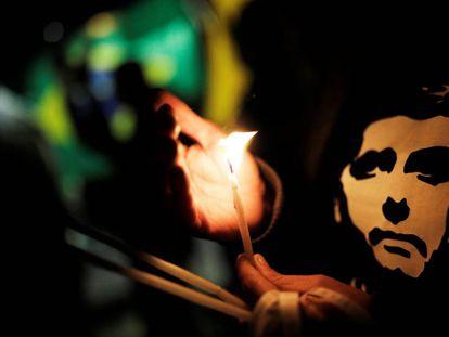 Simpatizantes del candidato a la presidencia de Brasil Jair Bolsonaro realizan una vigilia a la entrada del hospital Albert Einstein en Sao Paulo.