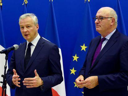 El ministro francés de Finanzas, Bruno Le Maire, a la izquierda, y el comisario de Comercio de la UE, Phil Hogan, durante una rueda de prensa en París en enero.
