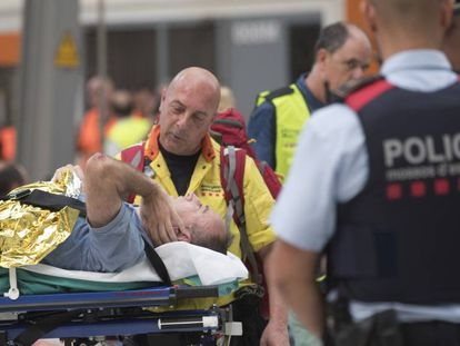 Un sanitario atiende a uno de los heridos en el accidente.