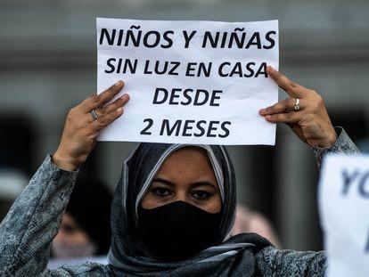 Una vecina de la Cañada Real protesta contra la falta de suministro eléctrico esta semana.