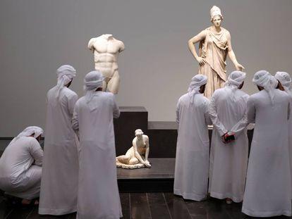 Visitantes del Louvre Abu Dabi observan las obras durante la inauguración del museo el 11 de noviembre de 2017.