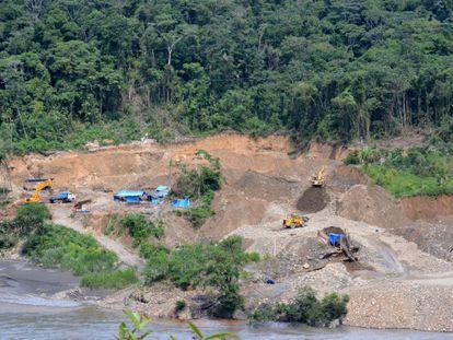 Maquinaria pesada en una mina de oro junto al río Araza (Perú).