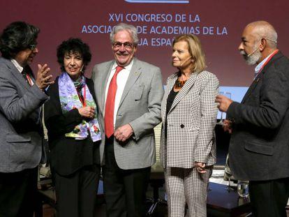 Desde la izquierda, Fernando Iwasaki, Luisa Valenzuela, Gonzalo Celorio, Carme Riera y Leonardo Padura, este lunes en Sevilla.