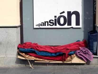 Los cartones y las mantas con las que duerme Aleksandr. MIGUEL EZQUIAGA