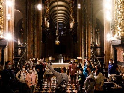 Primera visita turística nocturna a la Catedral de Santiago, en la que estrenan nueva iluminación menos invasiva en el templo después de las obras de restauración