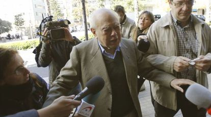 El expresidente de la Generalitat, Jordi Pujol, a las puertas de su casa.